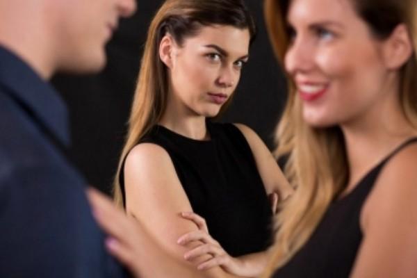 Πώς να χειριστείς εκείνη την τύπισσα που την πέφτει στο αγόρι σου! – Σχέσεις