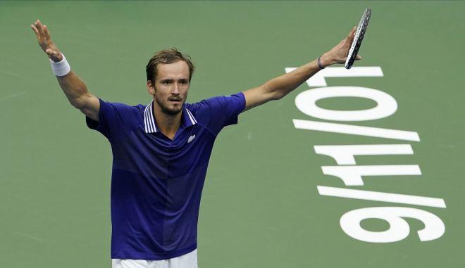 Θριαμβευτής ο Μεντβέντεφ στον τελικό του US Open, διέλυσε τον Τζόκοβιτς 3-0 σετ
