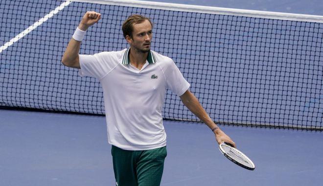 US Open: Πρώτη απώλεια σετ, αλλά πρόκριση για Μεντβέντεφ