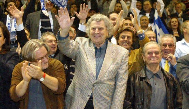 Μίκης Θεοδωράκης: Η συγκλονιστική του παρουσία στη Λεωφόρο στο Ελλάδα – Β. Ιρλανδία και η προσφορά του ύμνου της Εθνικής μας