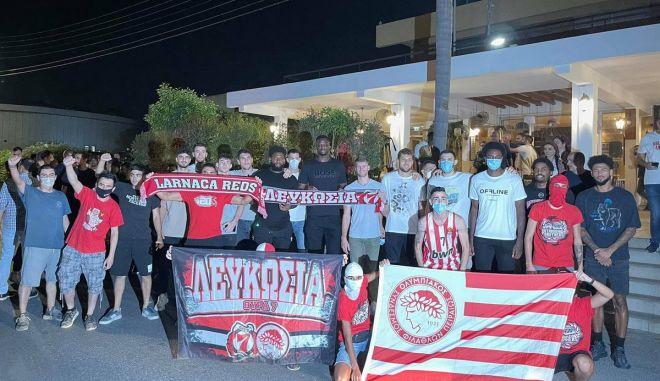 Ολυμπιακός: Υποδοχή από οπαδούς στην αποστολή στην Κύπρο