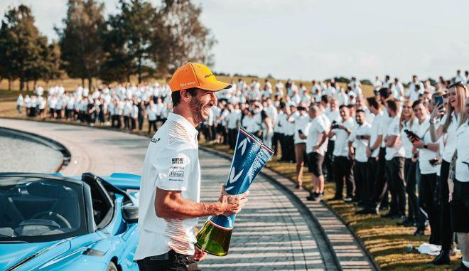 Formula 1: Ο Ρικιάρντο τοποθέτησε το τρόπαιο της Μόντσα δίπλα στο τελευταίο τού Άιρτον Σένα