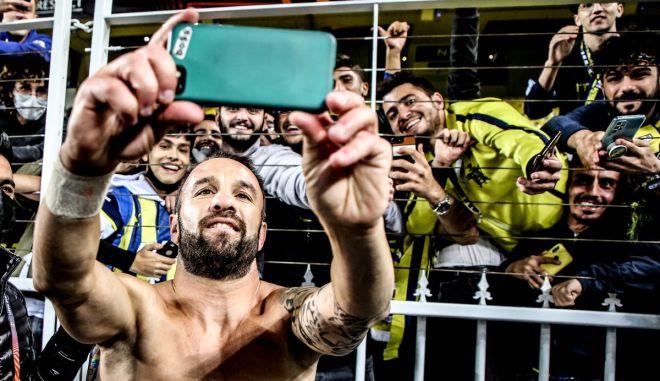 Φενέρμπαχτσε – Ολυμπιακός: Ο Βαλμπουενά έβγαλε selfie με φίλους της τουρκικής ομάδας και αποθεώθηκε