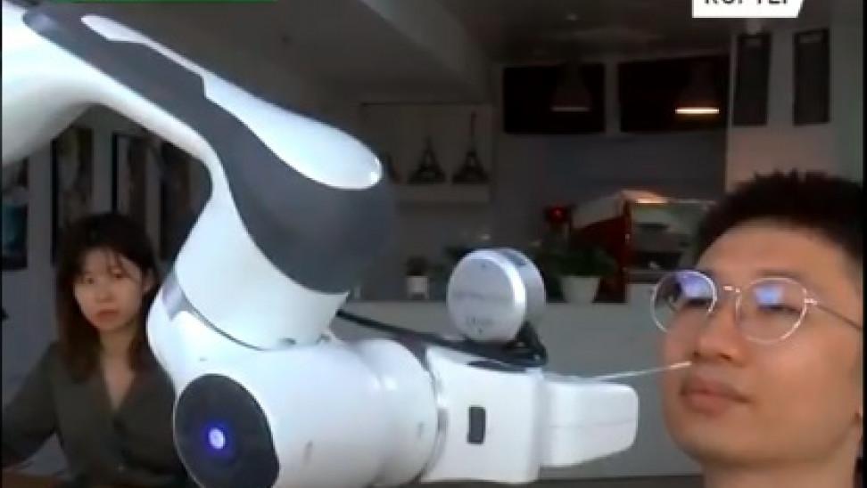 Κίνα: Ρομπότ παίρνει ρινικά δείγματα χωρίς ανάγκη νοσοκόμου