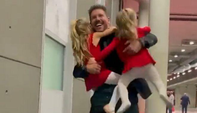 Ατλέτικο: Οι κόρες του Σιμεόνε τρέχουν να τον αγκαλιάσουν μετά τη νίκη κόντρα στην Μπαρτσελόνα